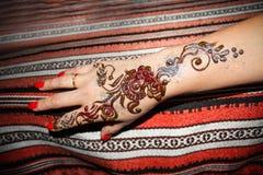 Frauenhand mit Muster des braunen Hennastrauches Hand mit Mehndi tradi Lizenzfreie Stockfotos