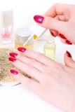 Frauenhand mit Nagellack Lizenzfreie Stockbilder