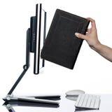Frauenhand setzte Buch in Computeranzeige ein Lizenzfreies Stockbild