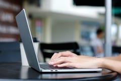 Frauenhand unter Verwendung der Laptop-Computers am Caféfreienhintergrund, an den Leuten und an der Technologie, Lebensstile stockfoto