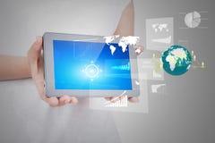 Frauenhand unter Verwendung eines Touch Screen Gerätes Lizenzfreie Stockfotografie