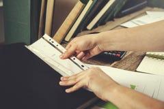 Frauenhanddokument mit Tasche lizenzfreies stockfoto