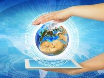 Frauenhandgriff-Tabletten-PC mit Erde Lizenzfreie Stockfotos