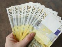 Frauenhandgriffbargeld-Eurobanknoten Stockfoto