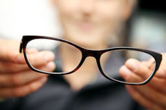Frauenhandgriffbrillen vor ihr Lizenzfreies Stockfoto