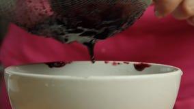 Frauenhandhausmannskostkleine kuchen stock video