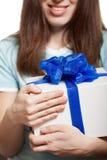 Frauenhandholdinggeschenk oder anwesender Kasten Lizenzfreie Stockfotos