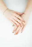 Frauenhandnahaufnahme mit schöner Maniküre auf weißem Hintergrund Stockfotografie
