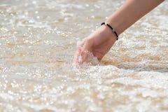 Frauenhandnoten-Wasseroberfläche, Apulien, ionisches Meer lizenzfreie stockfotos