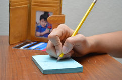 Frauenhandschrift auf Papier berechnen Zahlung von Kreditkartestr stockfotos