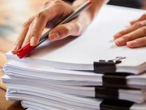 Frauenhandschrift auf Stapel Papier Geschäft und Bildung Co lizenzfreie stockfotografie