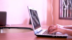 Frauenhandschriftcomputer auf Schreibtisch nettem gril, das im Büro arbeitet stock video