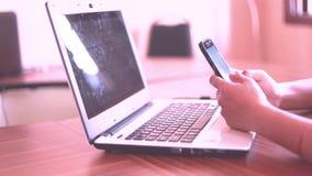 Frauenhandschriftcomputer auf Schreibtisch nettem gril, das im Büro arbeitet stock footage