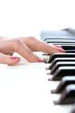 Frauenhandspiel-Klaviertastatur Stockfoto