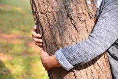 Frauenhandumarmungsbaum stockfotos