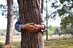 Frauenhandumarmungsbaum stockfoto