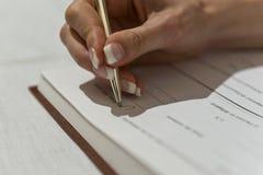 Frauenhandunterzeichnender Vertrag Lizenzfreie Stockfotografie