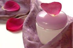 Frauenhautsorgfaltcreme mit rosafarbenem Blatt Stockbild