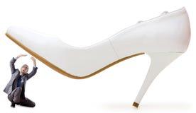 Frauenherrschaftkonzept - Schuhe und Mann lizenzfreies stockbild