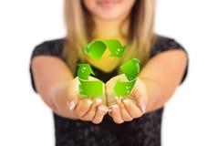 Frauenhände, die ECO-Zeichen halten Lizenzfreie Stockbilder