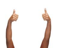 Frauenhände, die sich Daumen zeigen Lizenzfreies Stockfoto