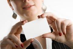 Frauenholding businesscard Lizenzfreie Stockfotos