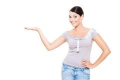 Frauenholding copyspace auf ihrer Palme Lizenzfreies Stockfoto