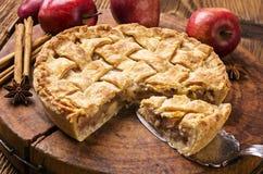 Frauenholding, die Apfelkuchen zeigt Lizenzfreie Stockfotografie