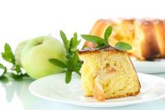 Frauenholding, die Apfelkuchen zeigt Lizenzfreies Stockfoto