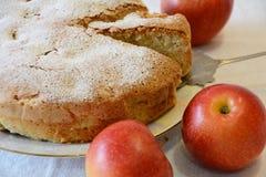 Frauenholding, die Apfelkuchen zeigt Stockfotografie