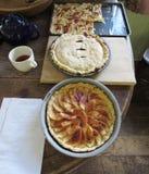 Frauenholding, die Apfelkuchen zeigt Stockbilder