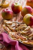 Frauenholding, die Apfelkuchen zeigt Lizenzfreie Stockbilder