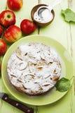 Frauenholding, die Apfelkuchen zeigt charlotte Stockfotos