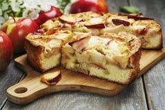 Frauenholding, die Apfelkuchen zeigt charlotte Stockfoto