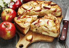 Frauenholding, die Apfelkuchen zeigt charlotte Lizenzfreie Stockfotografie