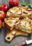 Frauenholding, die Apfelkuchen zeigt charlotte Lizenzfreies Stockfoto