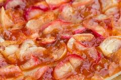 Frauenholding, die Apfelkuchen zeigt Gebackene Torte mit einer süßen Füllung Lizenzfreie Stockfotografie
