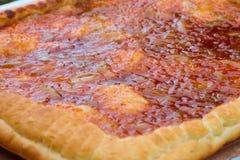 Frauenholding, die Apfelkuchen zeigt Gebackene Torte mit einer süßen Füllung Stockfotos
