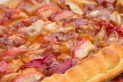 Frauenholding, die Apfelkuchen zeigt Gebackene Torte mit einer süßen Füllung Lizenzfreie Stockfotos