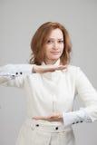 Frauenholding etwas in den Händen Stockbild