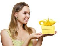 Frauenholding-Geschenkkasten Stockfotos