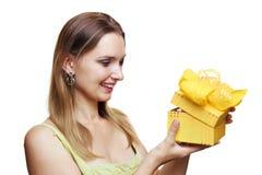 Frauenholding-Geschenkkasten Stockfoto