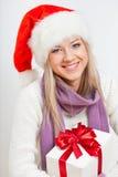 Frauenholding giftbox Lizenzfreie Stockbilder