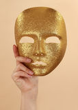 Frauenholding-Goldschablone lizenzfreie stockbilder