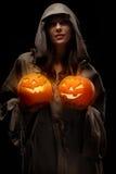 Frauenholding-Halloween-Kürbise Lizenzfreies Stockbild