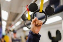 Frauenholding-Handgriff in Disney-Linie MTR-Innere von der sonnigen Bucht zu Hong Kong Disneyland-Erholungsort, Markstein für Tou stockfotos