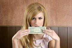 Frauenholding-Handversteckendes Gesicht der Dollaranmerkung Retro- Lizenzfreies Stockbild