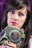 Frauenholding ihr gasmask fest stockfotografie