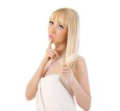 Frauenholding ihr Haar und Denken Lizenzfreies Stockbild