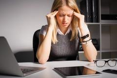 Frauenholding ihr Kopf in den Schmerz Stockbild